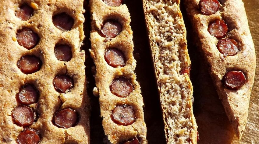 Płaski chlebek pełnoziarnisty z kabanosami