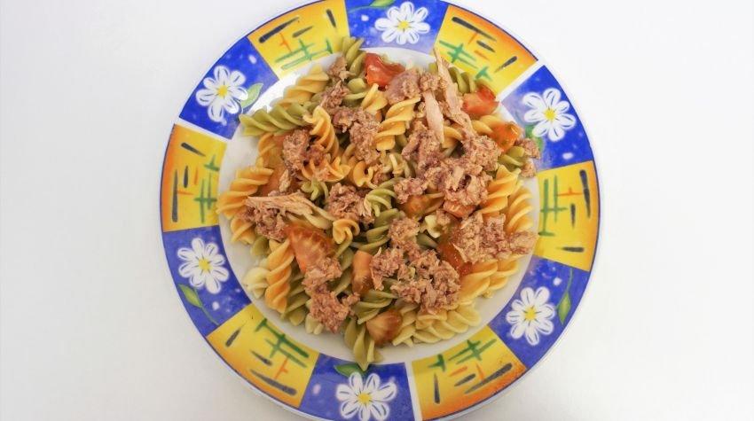 Sałatka z tuńczykiem i makaronem razowym