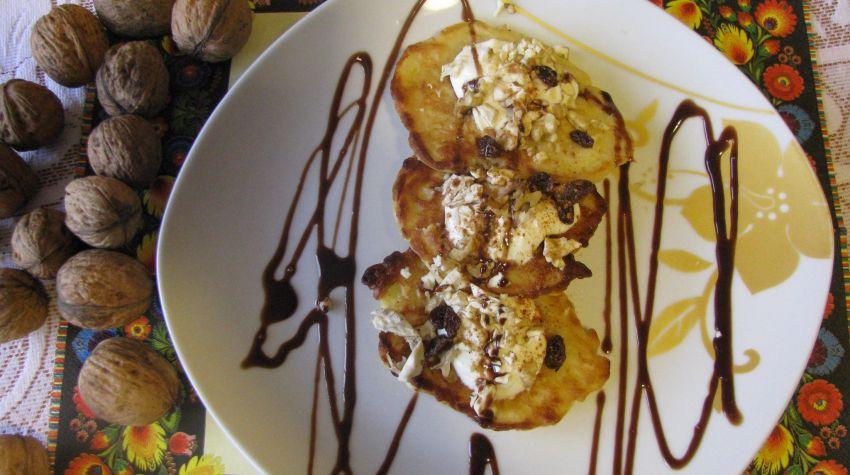 Placuszki z jabłkami,orzechami i bitą śmietaną polane czekoladą