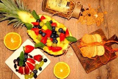 Sałatka owocowa w ananasie  w towarzystwie tartaletki z mascarpone i owocami