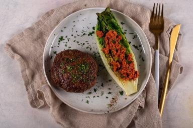 Bryzol wołowy z grillowaną sałatą i pesto