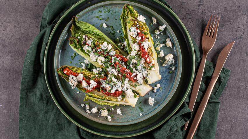 Sałatka z serem pleśniowym i suszonymi pomidorami