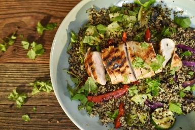 Fit obiad: sałatka z quinoa, grillowanym kurczakiem i warzywami
