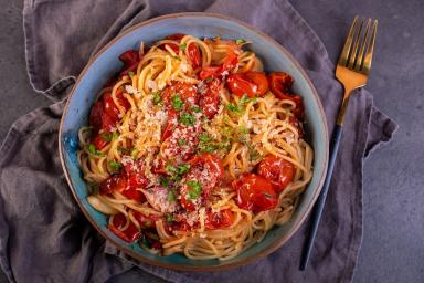 Spaghetti wegańskie z pieczonymi pomidorkami