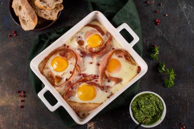 Zapiekane jajka w boczku z pesto pietruszkowym