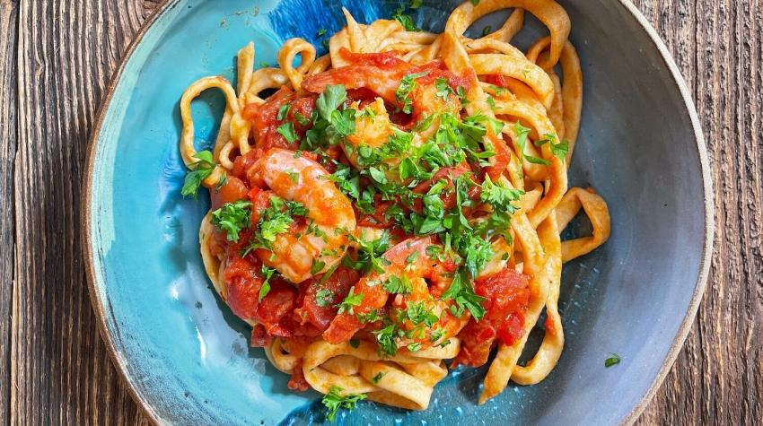 Rustykalne tagliatelle z pomidorami i krewetkami