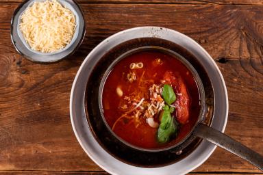 Zupa bolońska z parmezanem i świeżą bazylią