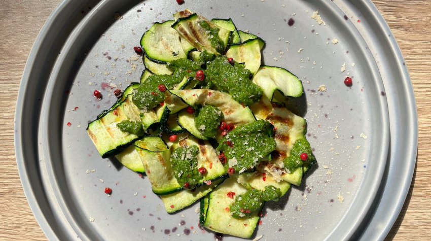Pesto z liści rzodkiewki z grillowaną cukinią