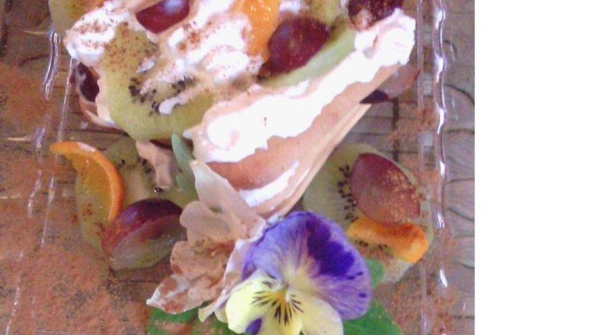Ciasteczka domowej roboty z konfiturą i bitą śmietaną