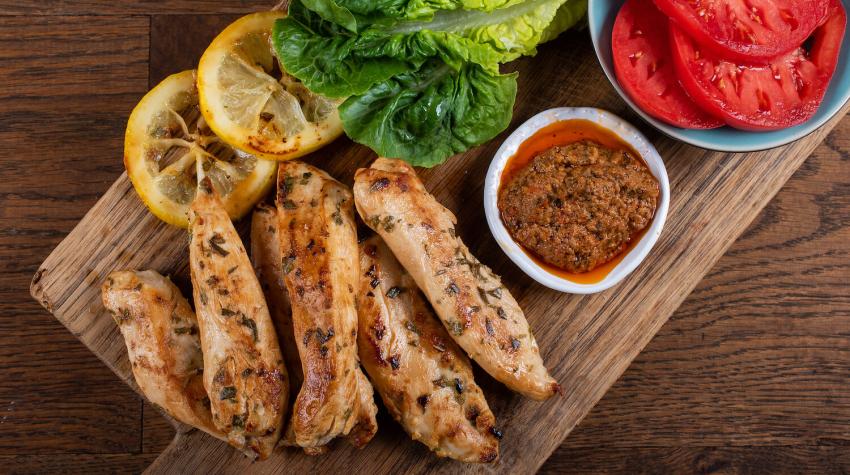 Kurczak marynowany z rozmarynem i plastrami cytryny