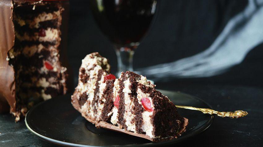 Tort czekoladowy zamknięty w czekoladowej butelce