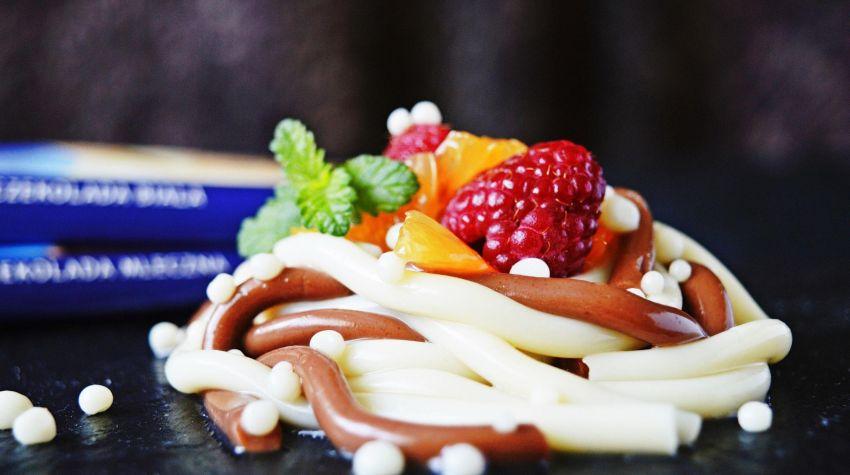 Spaghetti czekoladowe z kawiorem z białej czekolady i owocami