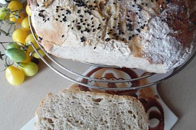 Domowy chleb z grubą, chrupiącą skórką z dodatkiem czarnuszki