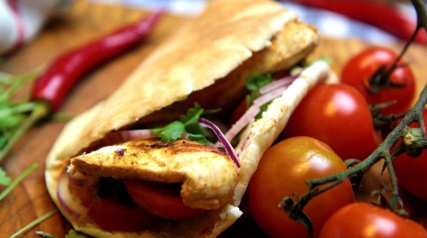 Grillowany kurczak Piri Piri z chlebkami pita