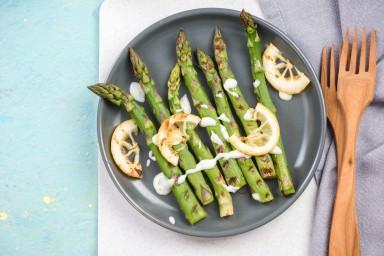 Grillowane szparagi z oliwą, cytryną i parmezanem