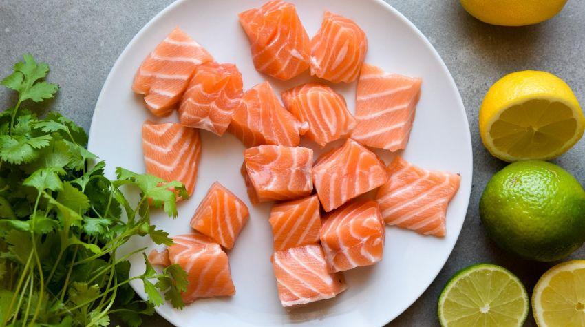 Szaszłyki z łososia marynowanego w cytrynie