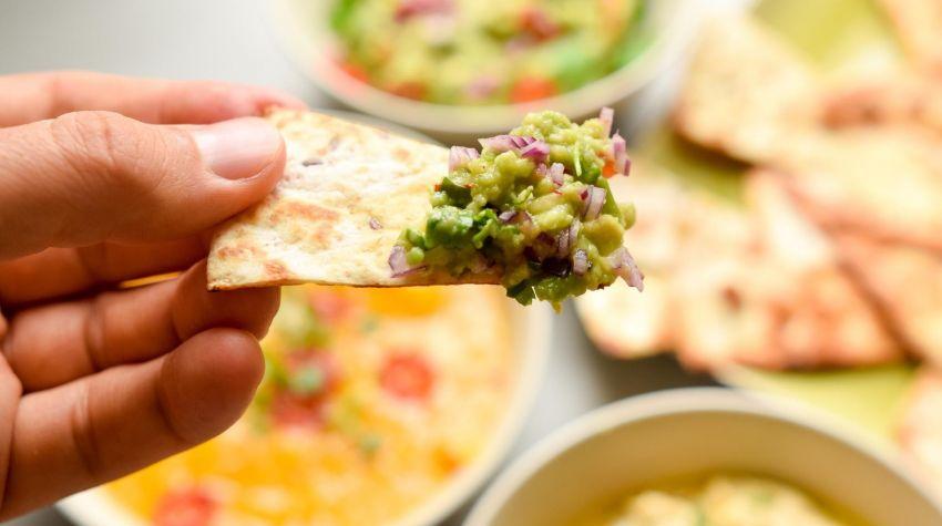 Chrupiąca tortilla z kolorowymi dipami