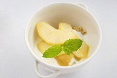 Jaglanka z jogurtem, musem jabłkowym i karmelizowanymi jabłkami