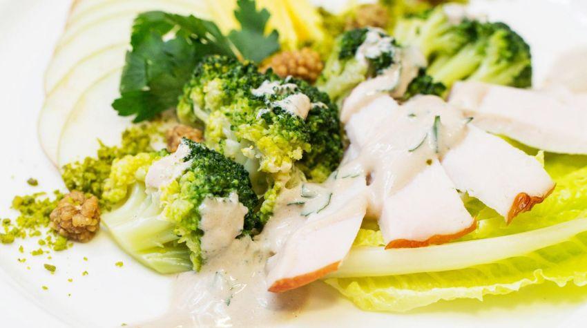 Sałatka z brokułów, mango, wędzonego kurczaka i morwy białej