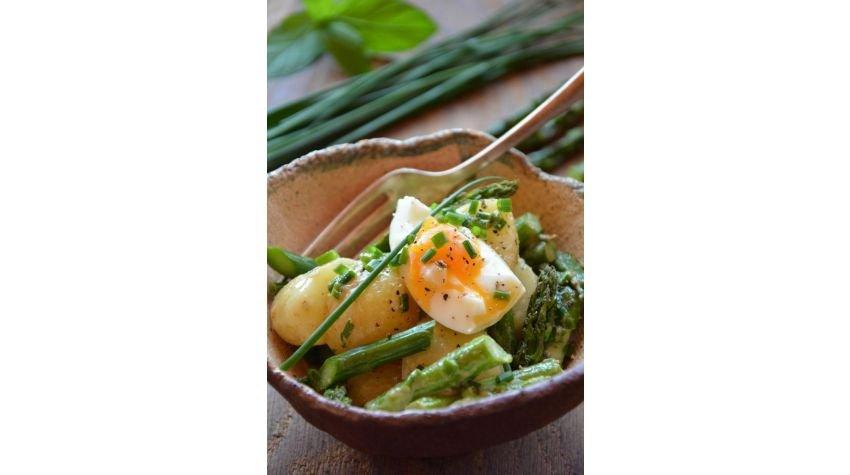 Sałatka z młodych ziemniaków i szparagów, z jajkiem
