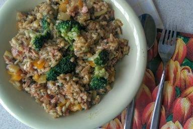 Rizotto z tuńczykiem i warzywami.
