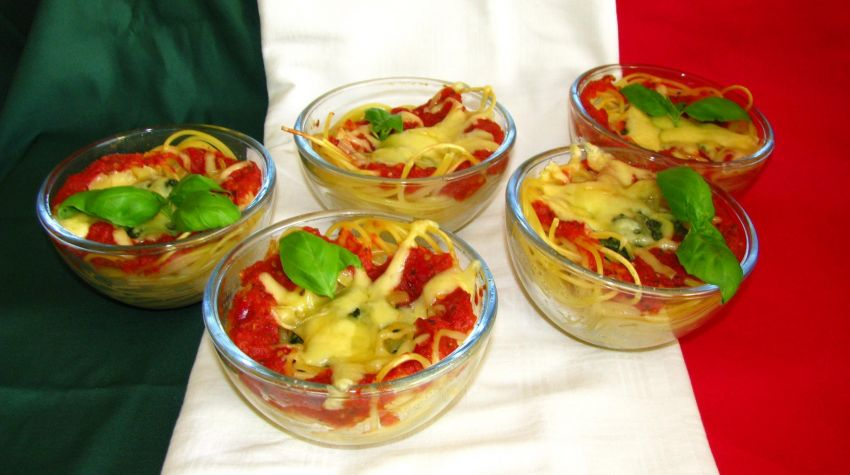 Zapiekane makaronowe gniazdka z pomidorami,szpinakiem i mozarellą