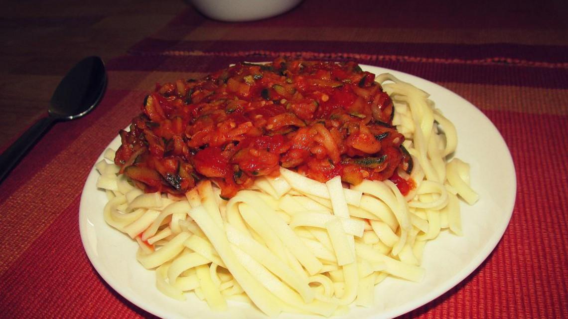 Makaron z sosem pomidorowym i cukinią