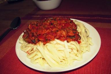 Makaron z sosem pomidorowym z cukinią