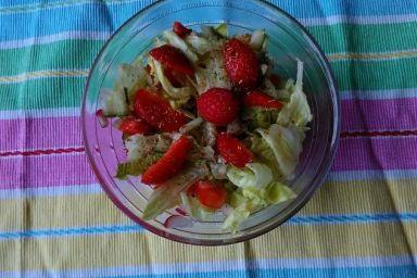 Sałatka warzywna z truskawką