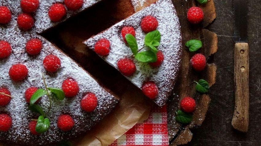 Ciasto czekoladowe z majonezem i malinami