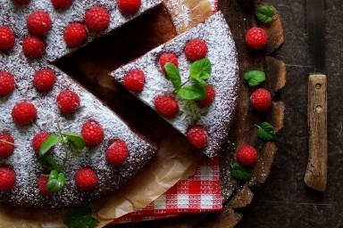 Czekoladowe ciasto majonezowe z malinami