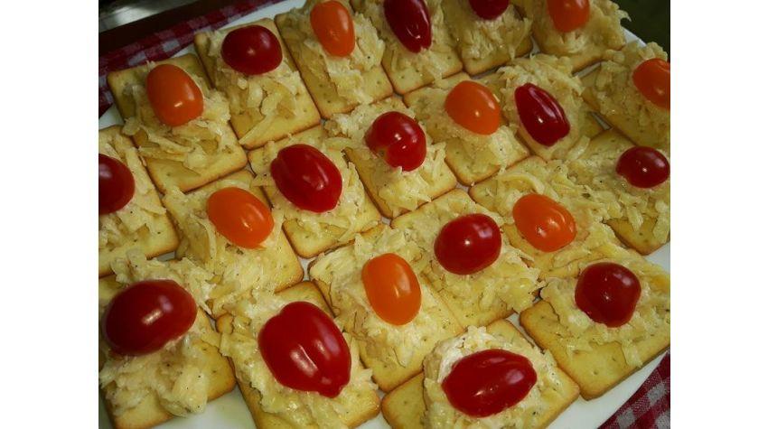 Krakersy z pastą serową i pomidorkami