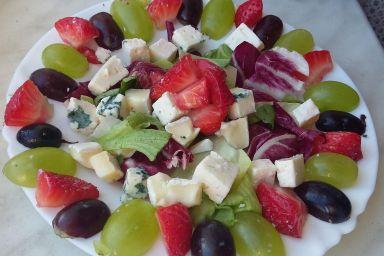 Sałatka z serami pleśniowymi, truskawkami i winogronami