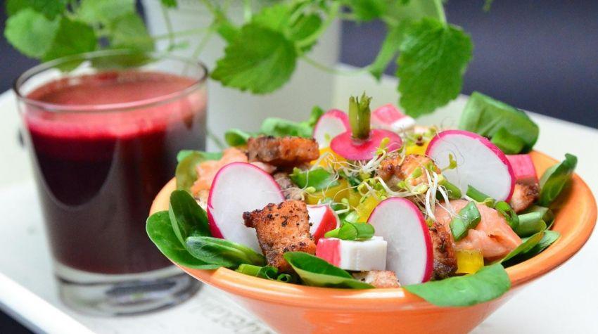 Sałatka z pieczonym łososiem , rzodkiewką , sałatami i kiełkami