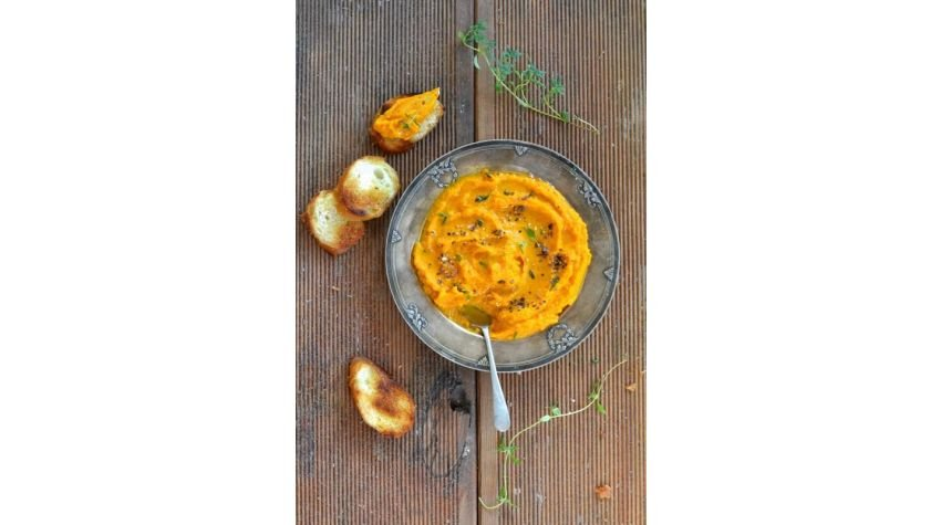 Pasta z młodej marchewki z czosnkiem i suszonymi pomidorami