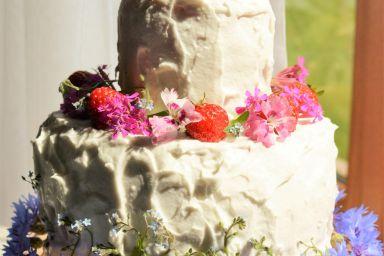 Tort Arbuzowy z Kremem Kokosowym, Truskawkami i Jadalnymi Kwiatami