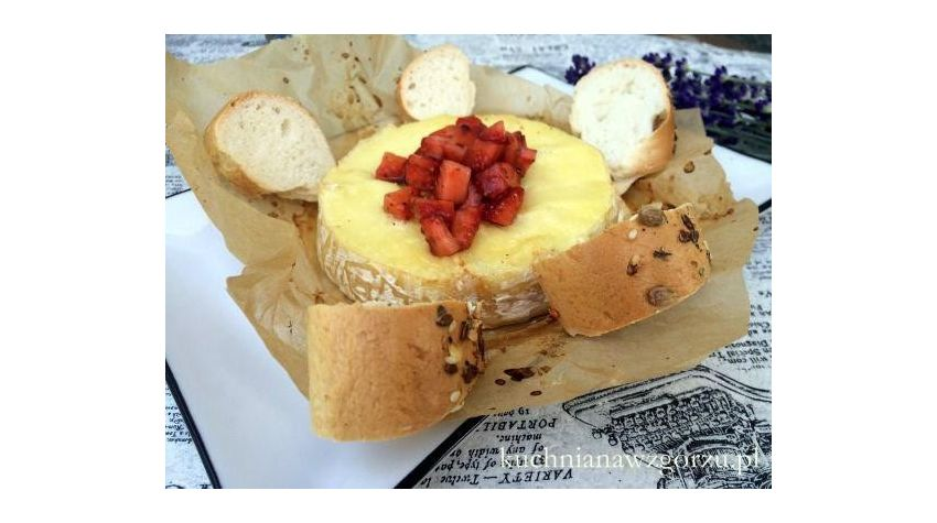 Camembert marynowany w białym winie z salsą truskawkową