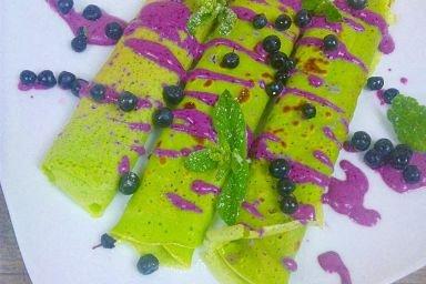 Zielone naleśniki z serkiem jagodowym