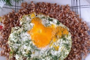 Kasza gryczana z koperkowym jajkiem