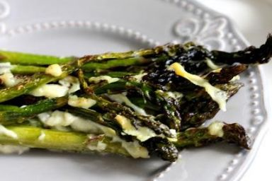Szparagi pieczone z serem i czosnkiem