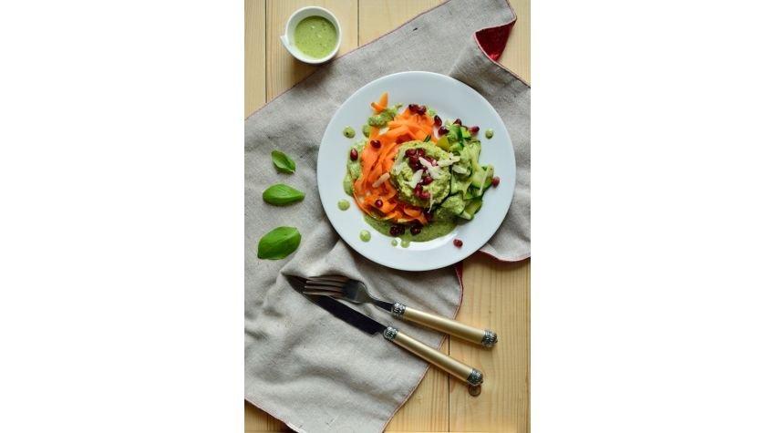 Tagliatelle z marchewki i cukinii z sosem ziołowo-orzechowym