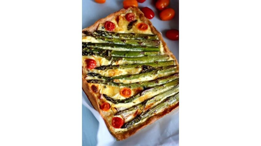 Tarta ze szparagami i serem pleśniowym