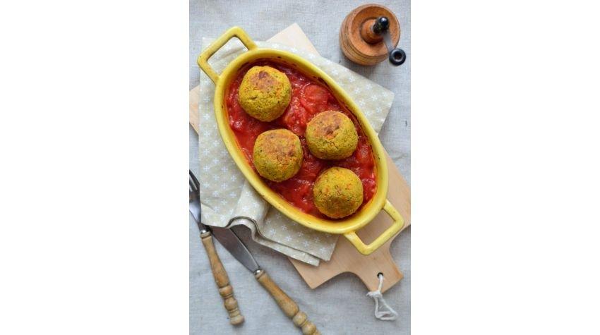 Klopsiki warzywne z kaszą bulgur w sosie pomidorowym