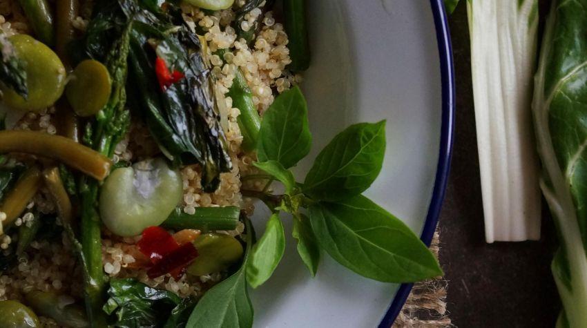Quinoa i smażone zielone warzywa