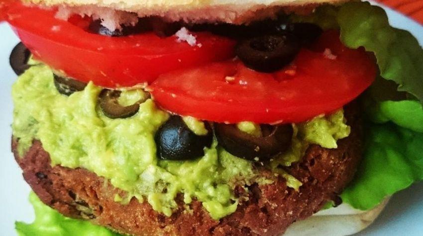 Hamburger z kotletem z czerwonej fasoli