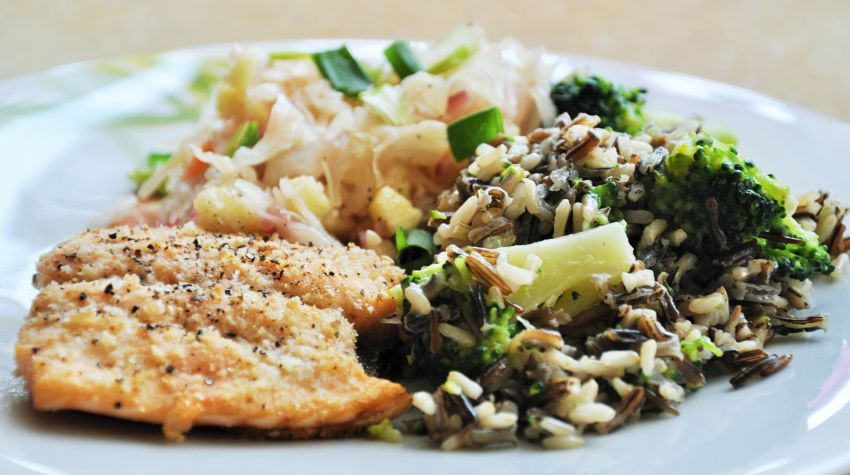Łosoś z dzikim ryżem z brokułem i surówką z kapusty kiszonej