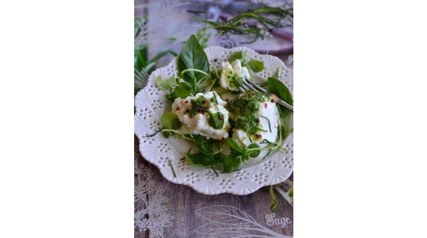 Sałatka na lato z mozzarellą di bufala, rukwią wodną i pesto z ziela oliwnego