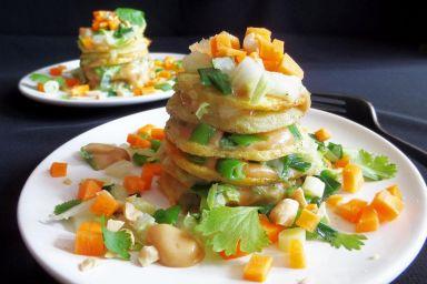 Ziemniaczane wieże z warzywami i sosem orzechowym