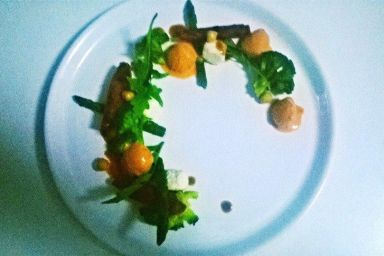 Sałatka ze szparagami,brokułami,chipsami z buraka oraz lodami pomidorowymi