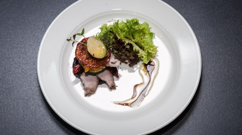 Warzywa grillowane w oliwie truflowej podane z pieczoną cieleciną i liśćmi brukselki